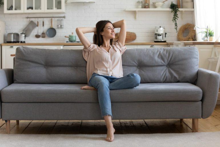 Mulher no sofá