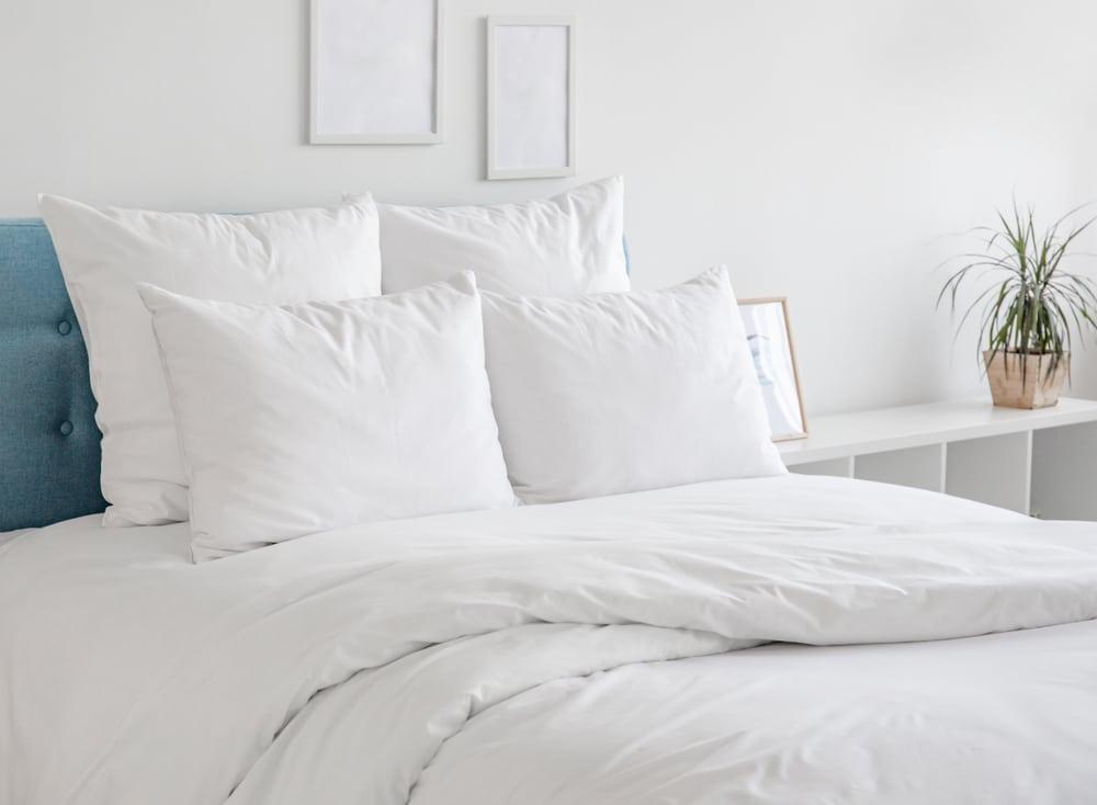 travesseiros quarto de hotel