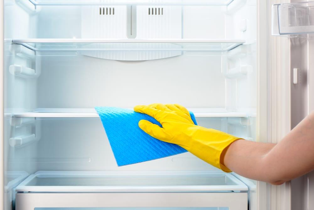5 dicas de como tirar cheiro da geladeira