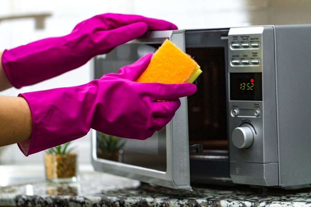 como limpar o micro-ondas com limpa vidros