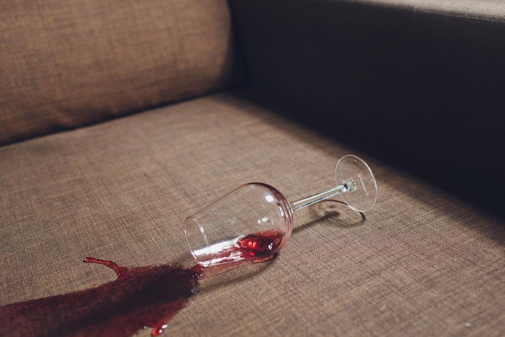 como limpar mancha de vinho do sofá