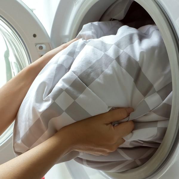 lavando-edredom-como-tirar-o-mofo-do-edredom-de-casal.