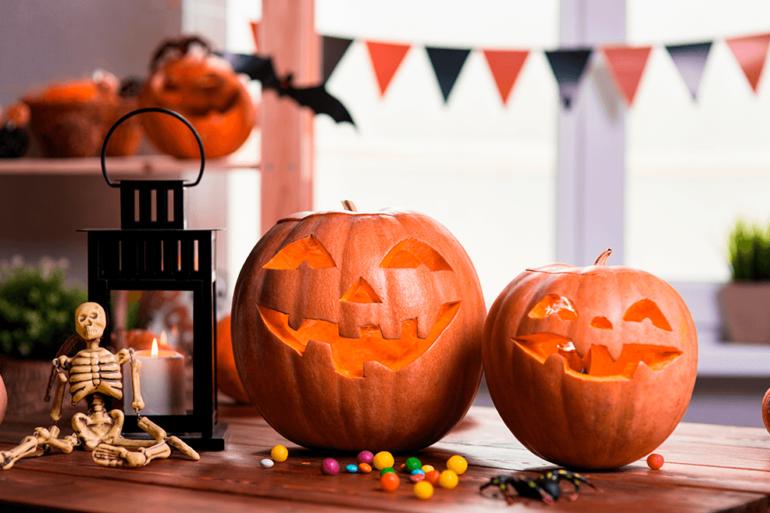 aboboras-personalizadas-com-decoracao-de-halloween-atras