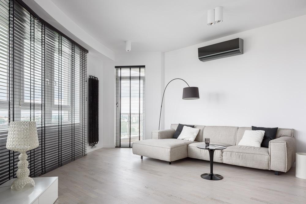 Pra saber qual o melhor ar-condicionado, o Split Inverter é uma boa opção. Ele ajusta a temperatura sem ligar e desliga o motor continuamente, evitando gasto excessivo de luz