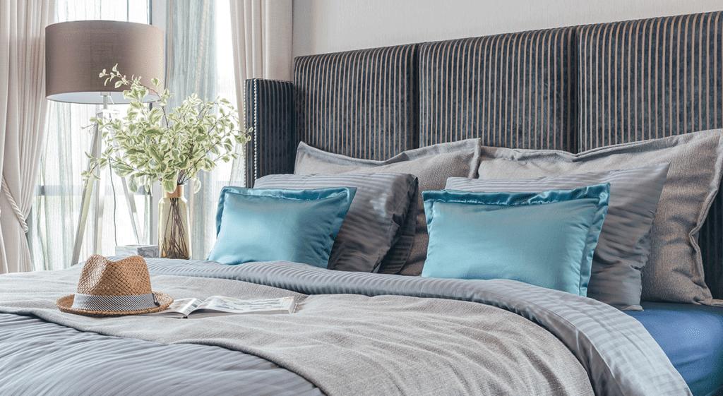 cama-arrumada-com-almofadas-e-travesseiros