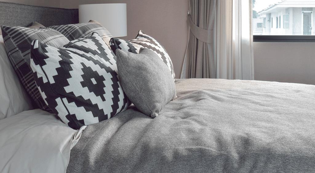 cama-com-almofadas.