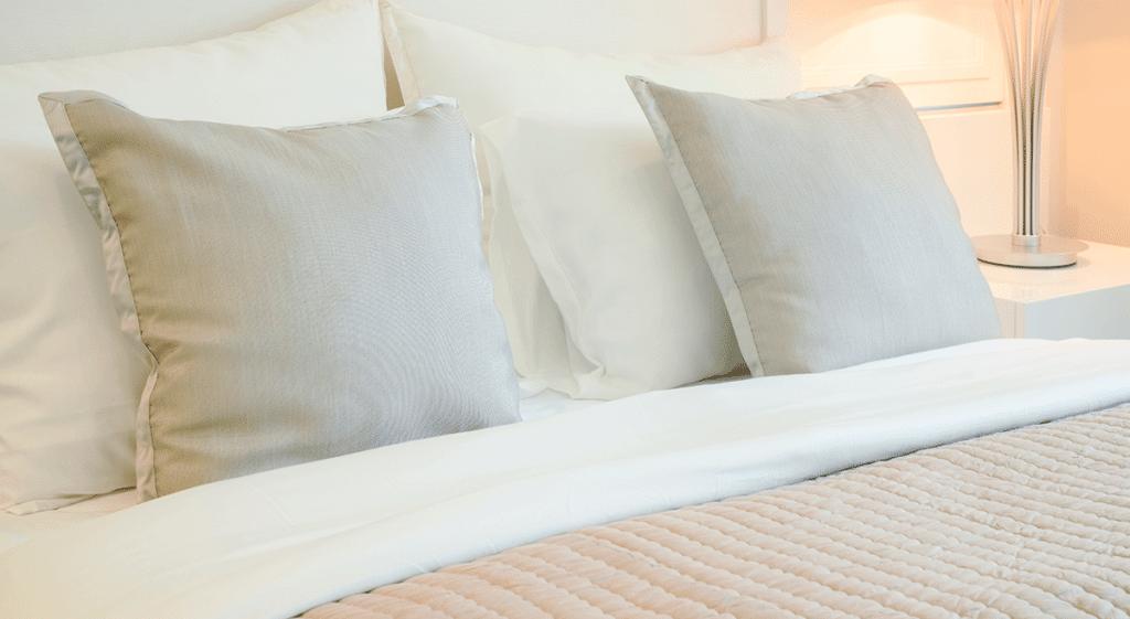 cama-com-lencol-branco.