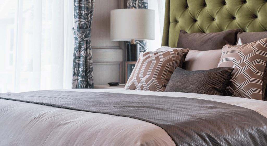 cama-com-tecido-para-jogo-de-cama-e-almofadas.p