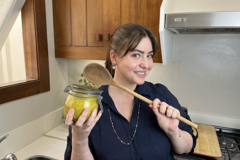 chef izabel alvares segura um pote com tempero caseiro