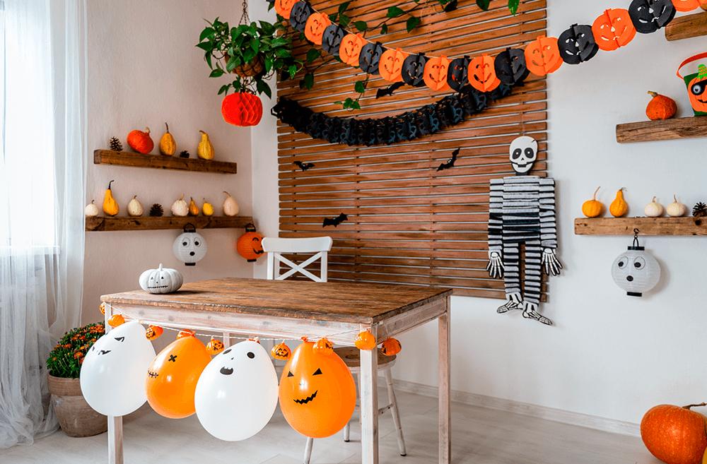 decoracao-de-halloween-com-bexigas-faixas-e-mesa