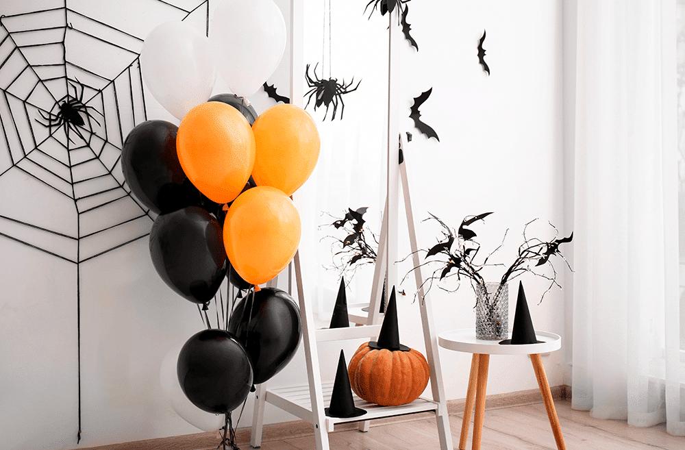 decoracao-de-halloween-em-casa-com-bexigas-morcegos-de-papel-e-chepeus-de-bruxa.