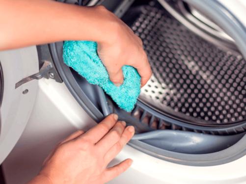 limpando-a-maquina-de-lavar-roupa-por-dentro-com-um-pano-pequeno.