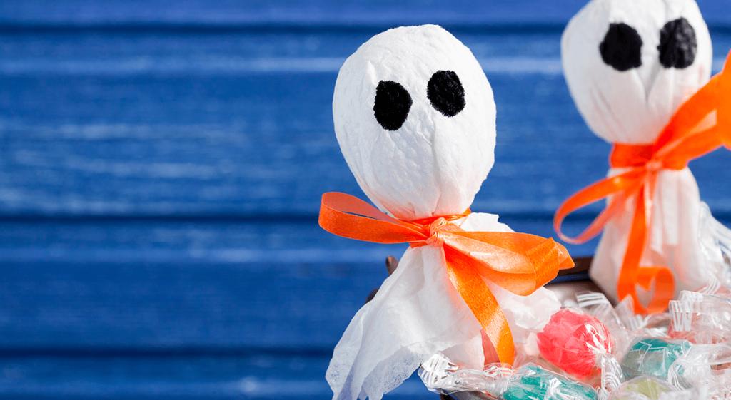 pirulitos-envoltos-com-tecido-branco-fita-de-cetim-laranja-com-formato-de-fantasma.