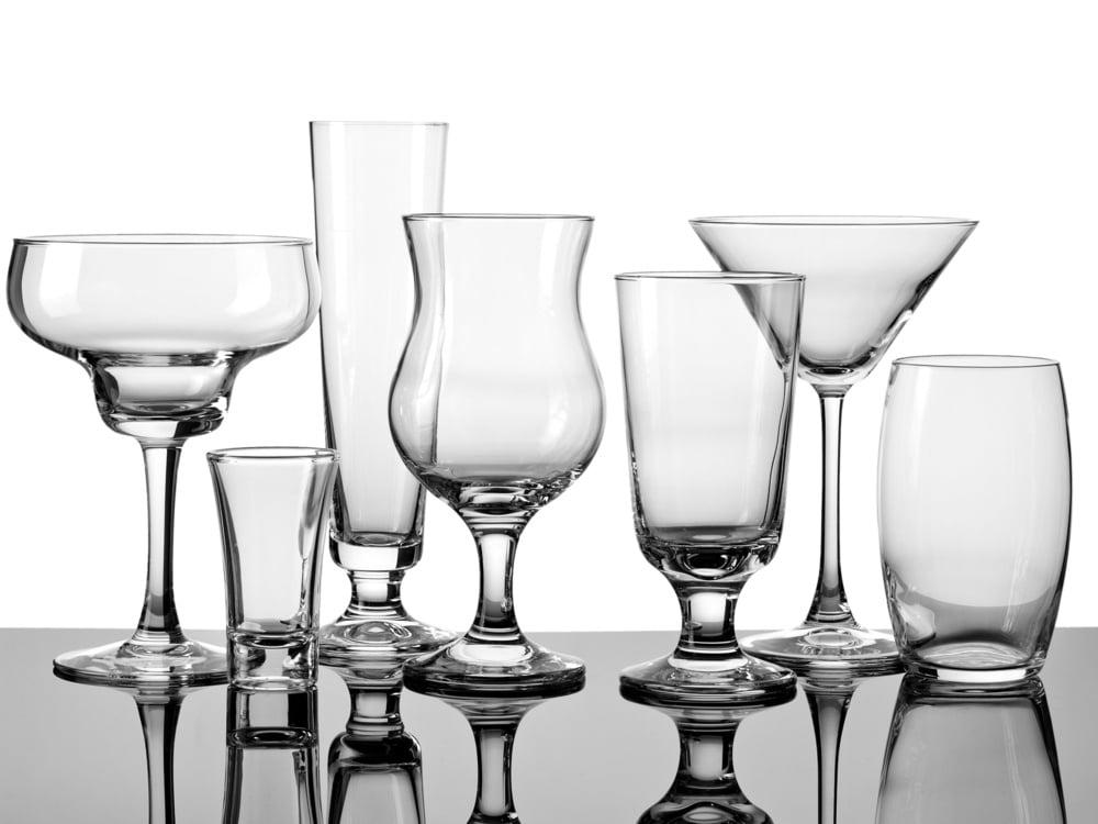 Diversos tipos de copos e taças, para bebidas diferentes, um ao lado do outro