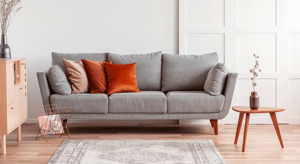 sofá confortável cinza com almofadas laranjas