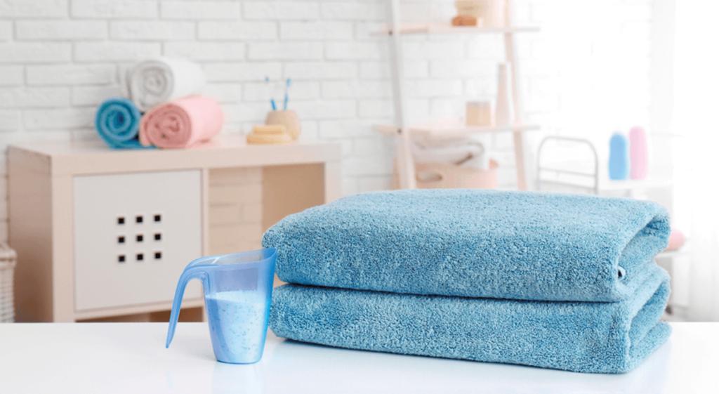 toalha-de-banho-azul-com-sabao-em-po-na-bancada-da-lavanderia