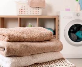 toalhas-de-banho-marrons-na-bancada-da-lavanderia